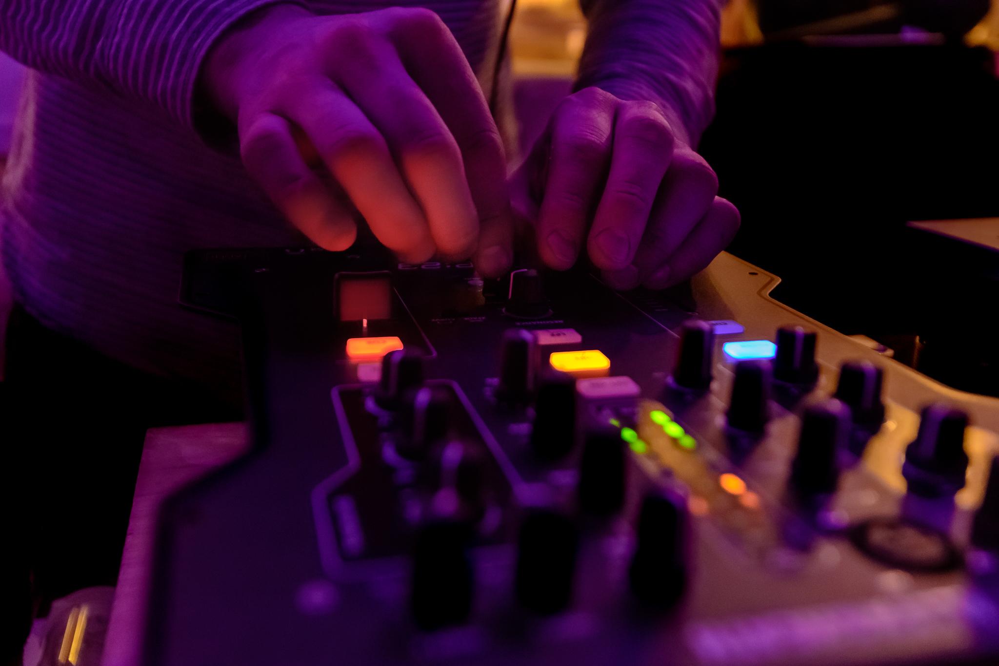 katoi_radio_katoi_mixer_fingers.jpg