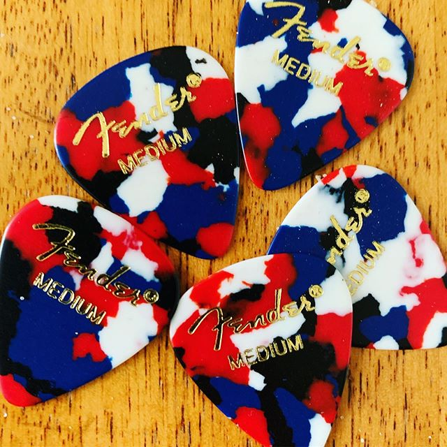 Fender confetti picks are so cool 😎 if only @fender made them in the 551 shape! ❤️🎸🔥🇺🇸 #guitarpick #fender