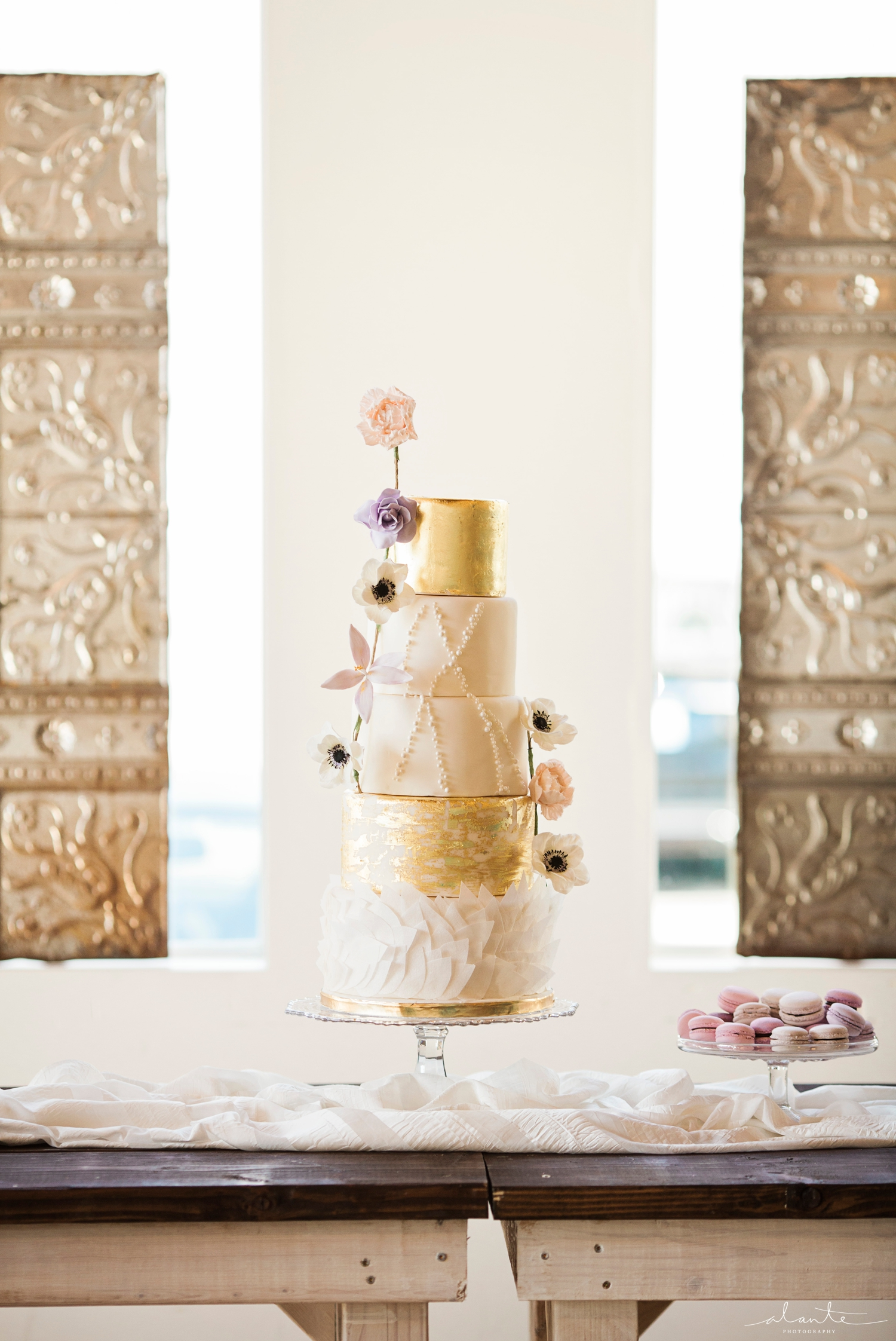 www.alantephotography.com | metallic gold wedding cake by Lilac Cake Boutique | Alante Photography