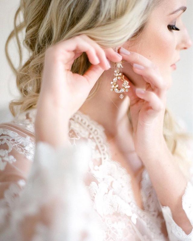 Delicate by @simonlyphotography | Earrings: @sibodesigns HMU: @nataliaissa Planner: @kelcieanton Floral: @maxitflowerdesign