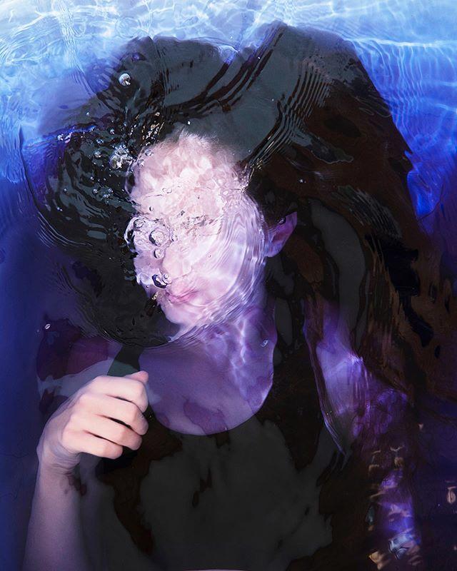 🧜🏻♀️ . . . #portrait #kindaportrait #portraitphotography #inthewater #bathtub #water #bluewater #breathing #bubbles