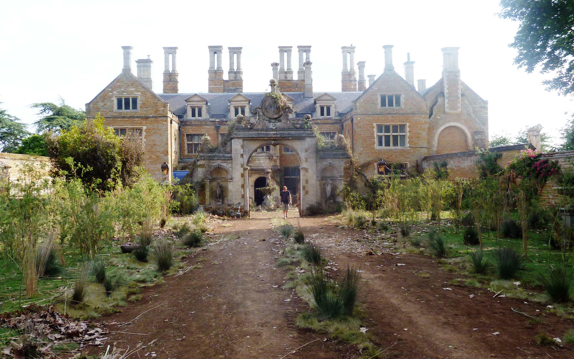 Great Expectations - Satis House exterior and gardens -David Roger - Production design .jpg