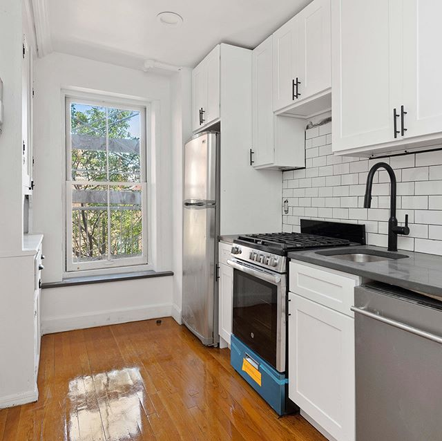 Check out this gorgeous wood-paneled eat-in kitchen in your gorgeous West Village corner 2BR (plus home office). #westvillage #westvillagelife #westvillageeats #perrystreet #eastvillage #eastvillagelives #bleeckerstreetbeat #townhouse #greenwichvillage