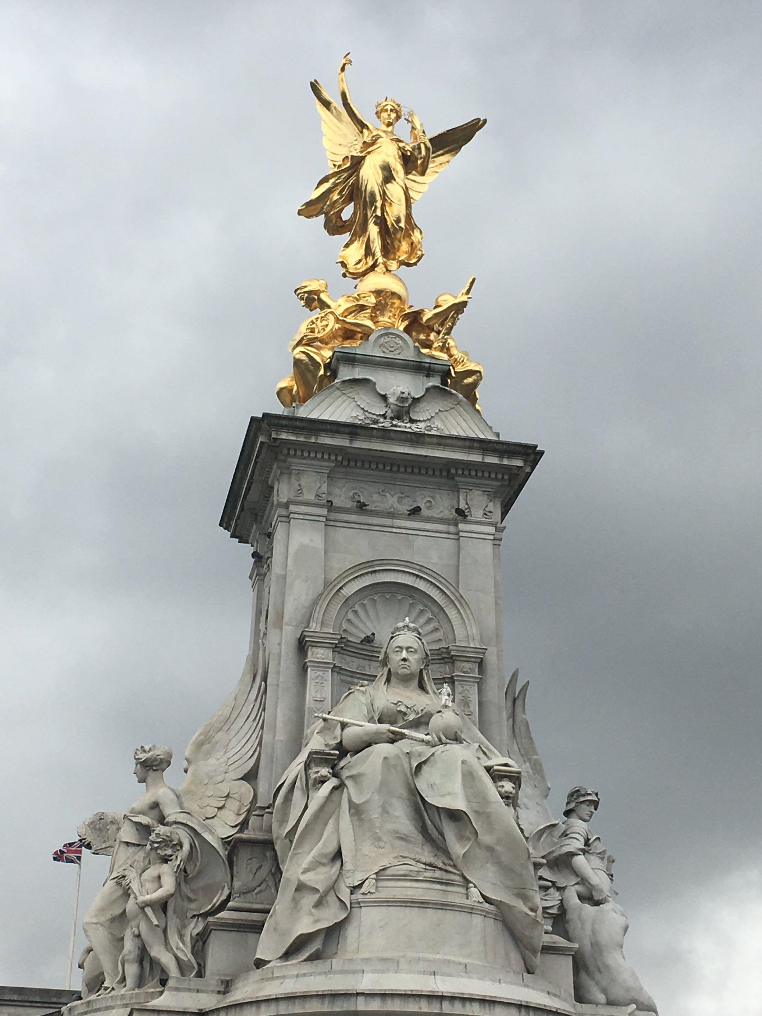 Fountain outside of Buckingham Palace