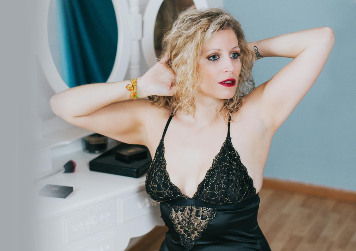 Curvy-woman-boudoir-story-toronto-france.jpg