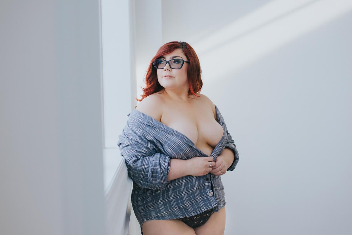 boudoir-photography-toronto-scandaleuse-curvy-woman.jpg