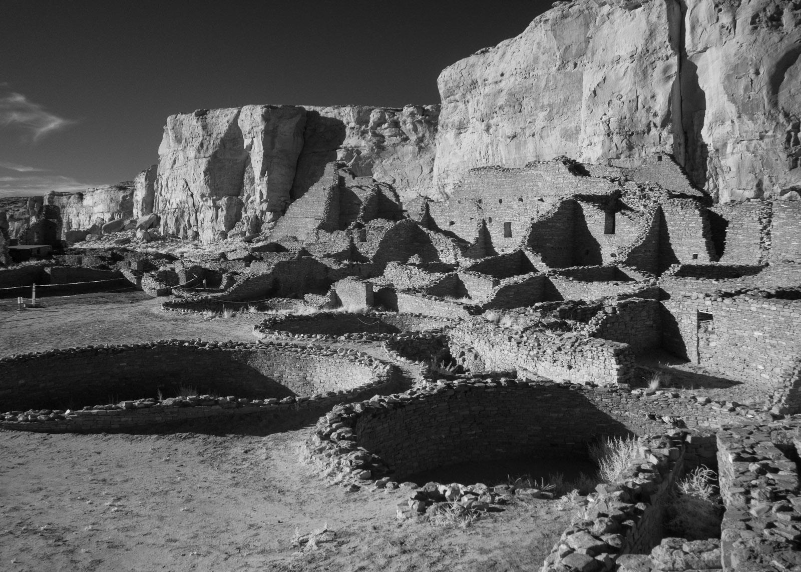 Chaco Canyon National Historic Park, Pueblo Bonito, Author: Greg Willis, from Denver, Colorado, USA, Wikimedia Commons.