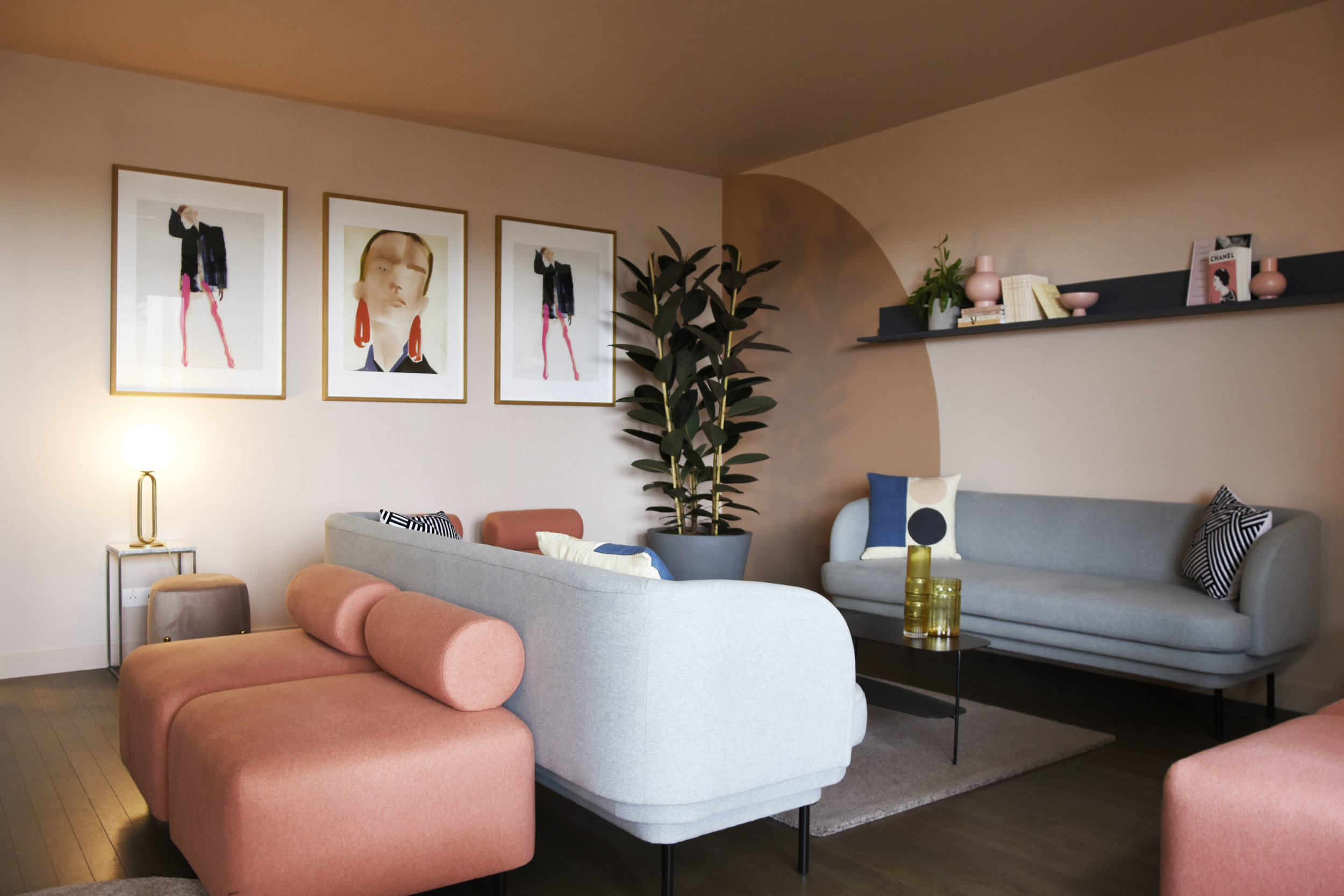 GALERIE LAFAYETTE espace client premium / BOVARI pouf, CORNICE sofa, CIME lamp, ONDIN vase