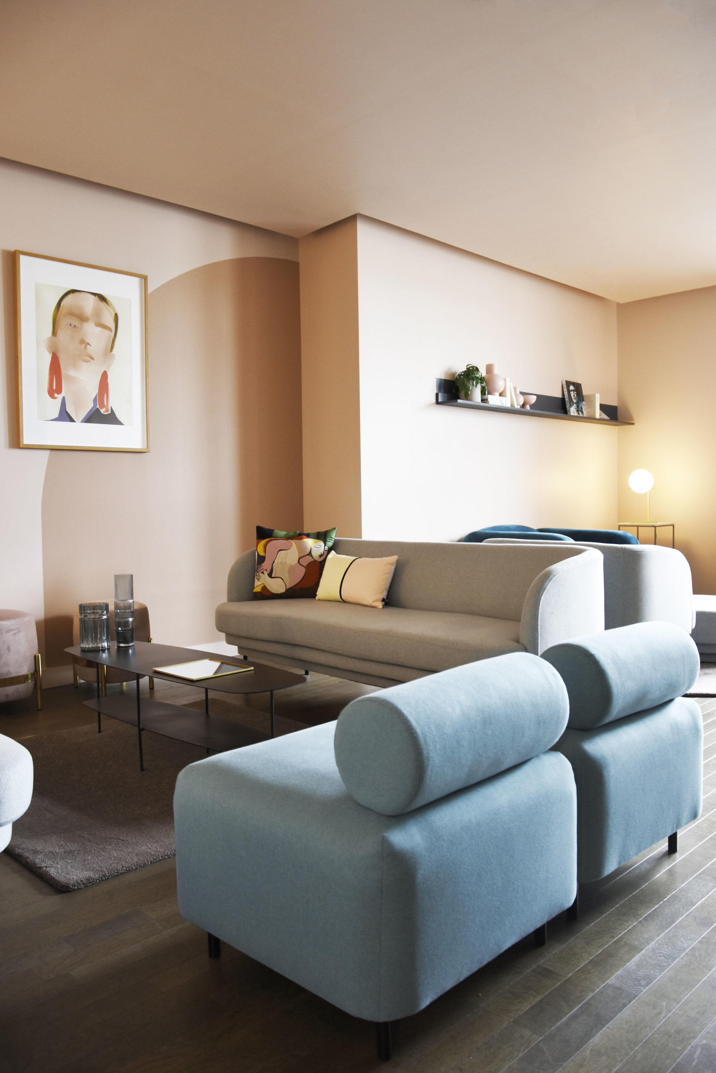 GALERIE LAFAYETTE espace client premium / BOVARI pouf, CORNICE sofa, GIN lamp, ONDIN vase, VEGA pouf