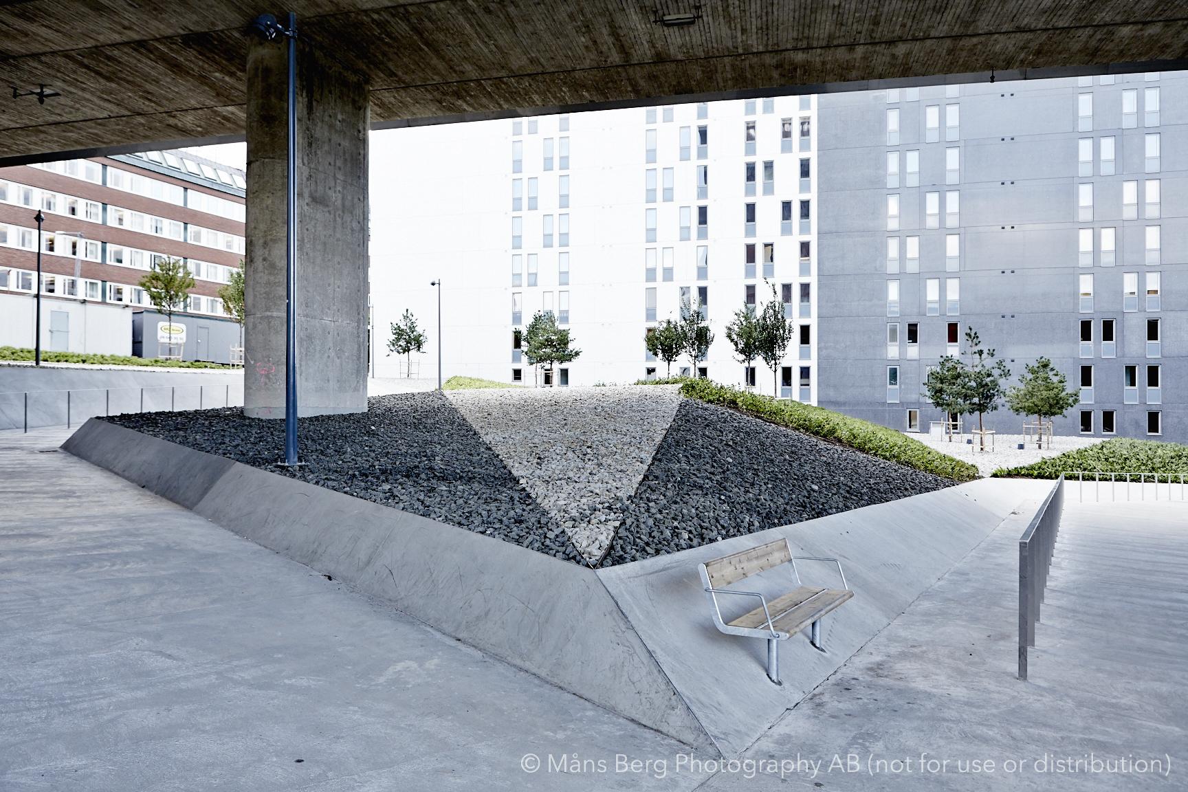 - Komplexa betongarbetenTräd i stadsmiljö, detaljer i stål och kross