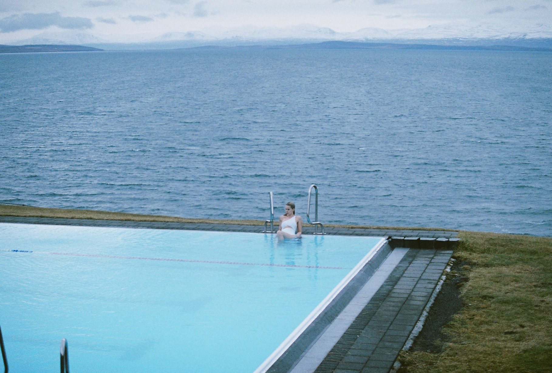 On our way back we stopped at the  Infinity pool at Hofsós , my absolutely favorite pool in Iceland, it´s a must if you are in the area.  Swimsuit:  Koreswim