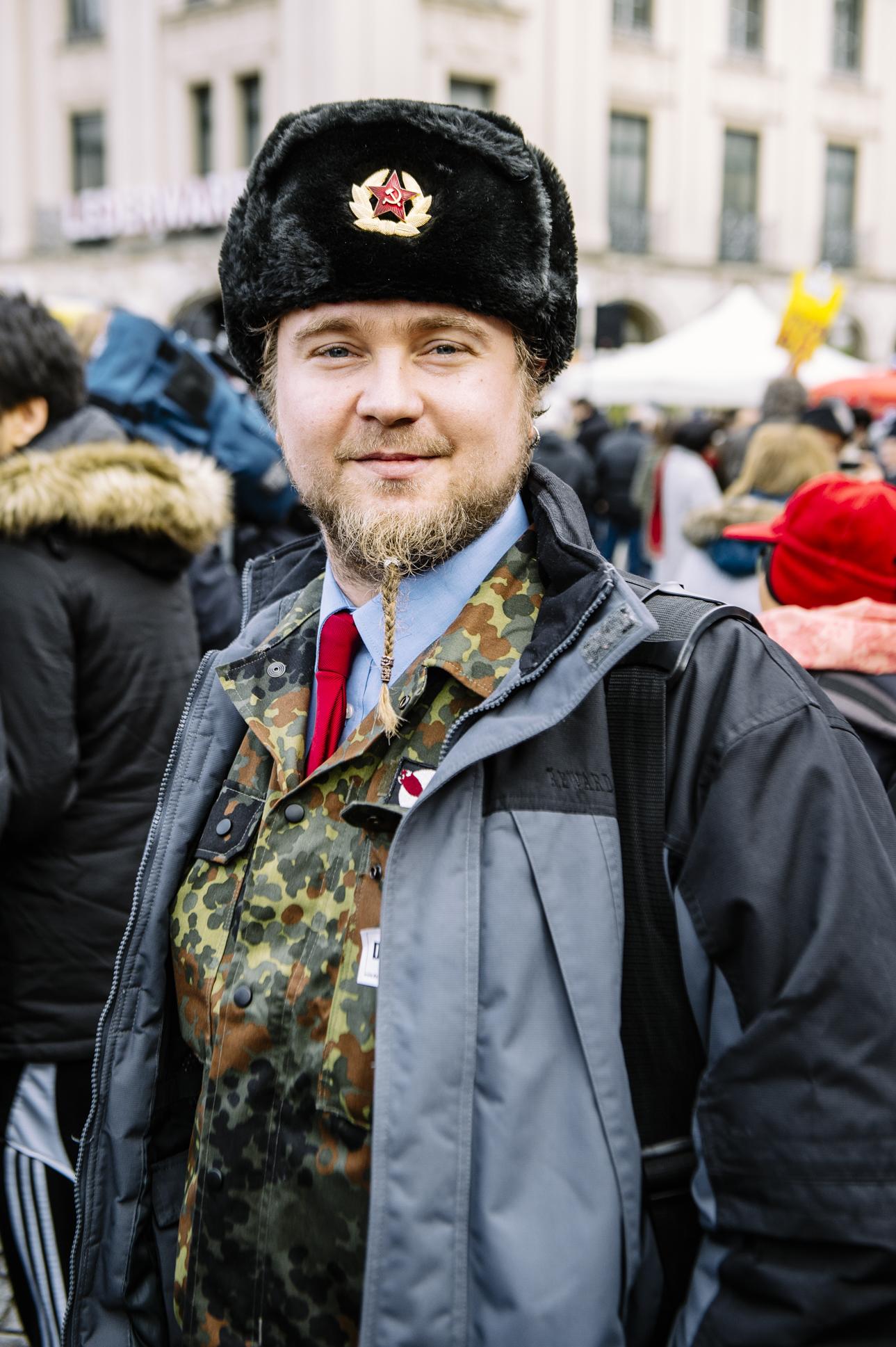 Sicherheitskonferenz (2016)   Seit 1963 treffen sich jedes Jahr Vertreter verschiedener Staaten mitten im Herzen Münchens, um über Sicherheitspolitik zu diskutieren. Demonstranten unterschiedlichster politischen Richtungen kommen am 13. Februar zu einer großen Gegenkundgebung zusammen.