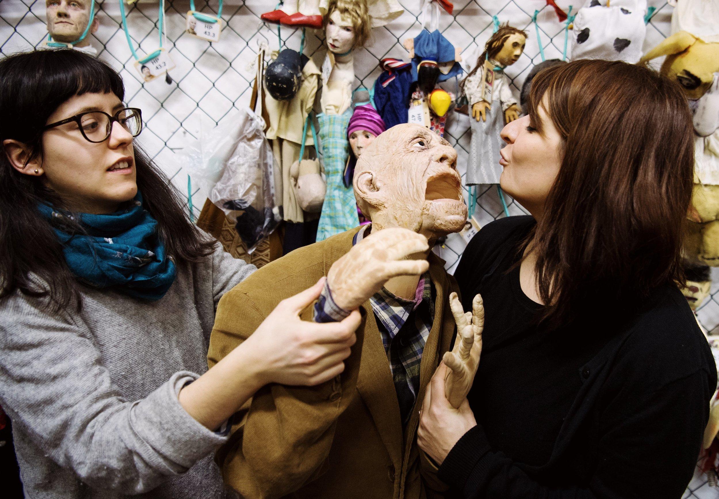 Die Puppenspielstudentinnen Nadia Ihjeij (l) und Sarah Zastrau spiele mit einer lebensgroßen Puppe eines alten Mannes.