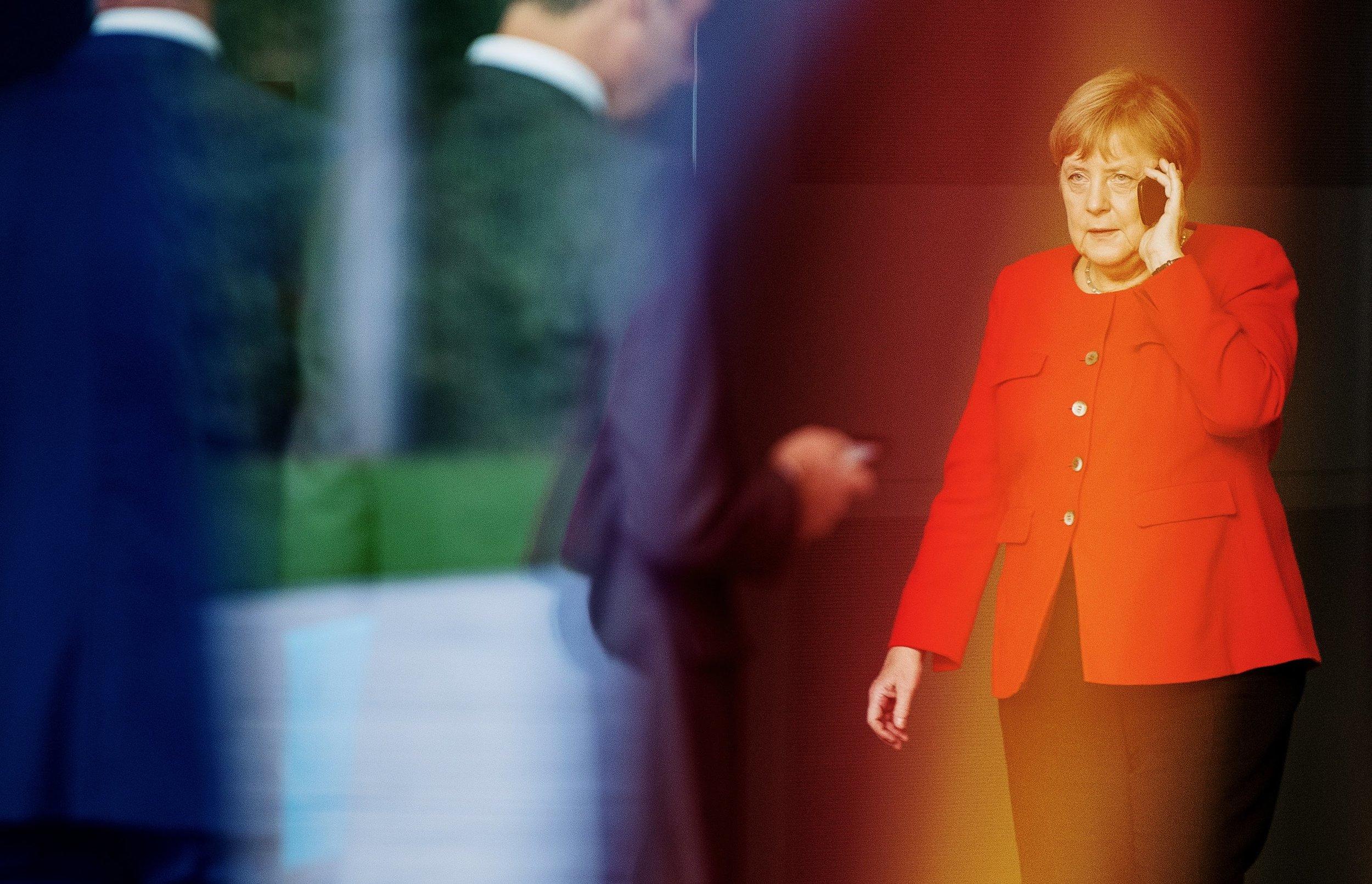 Bundeskanzlerin Angela Merkel telefoniert vor der Ankunft des tschechischen Präsidenten im Bundeskanzleramt.