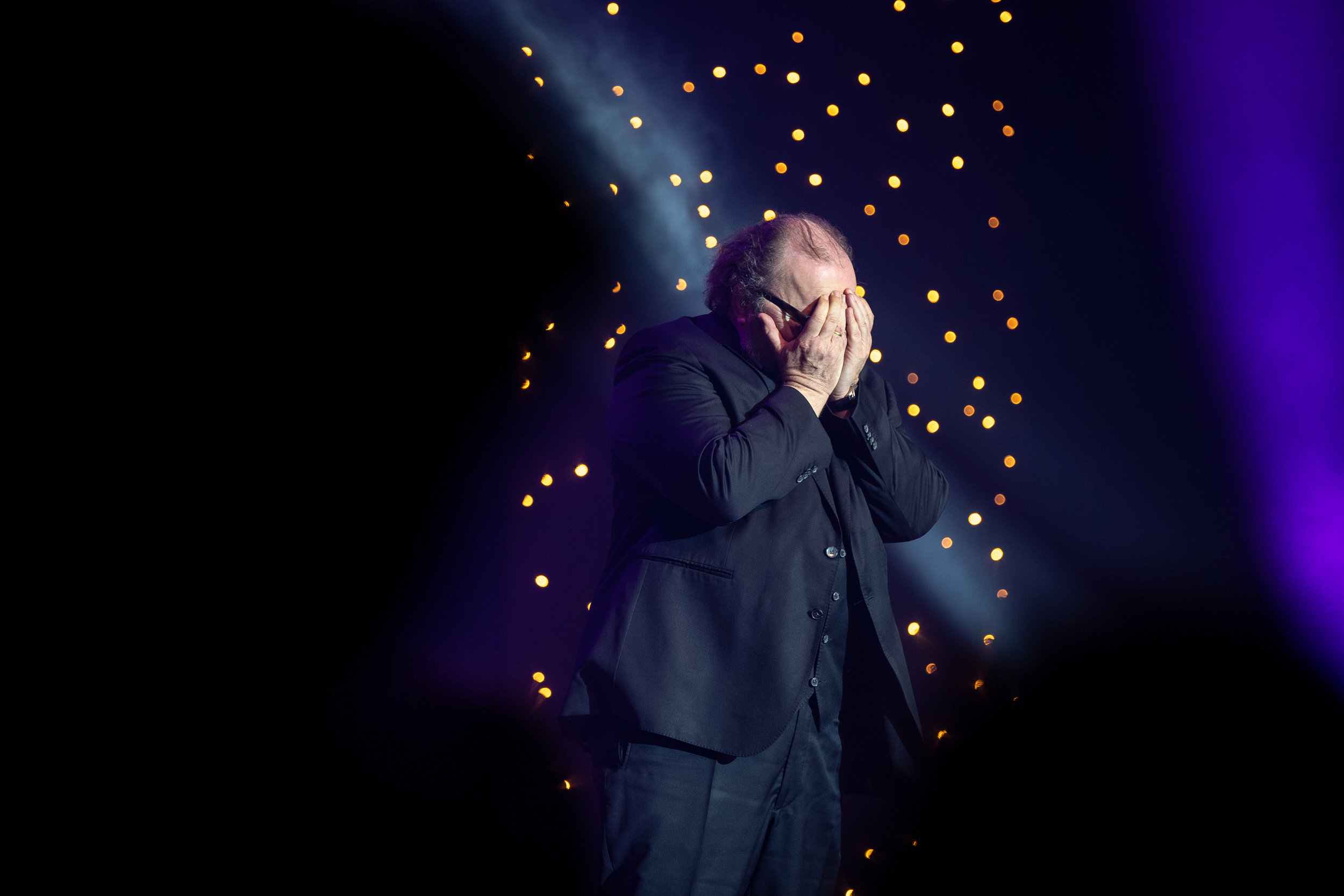 Arndt versteckt seine Tränen, nachdem er den Carl Laemmle Produzentenpreis 2019 gewonnen hat.