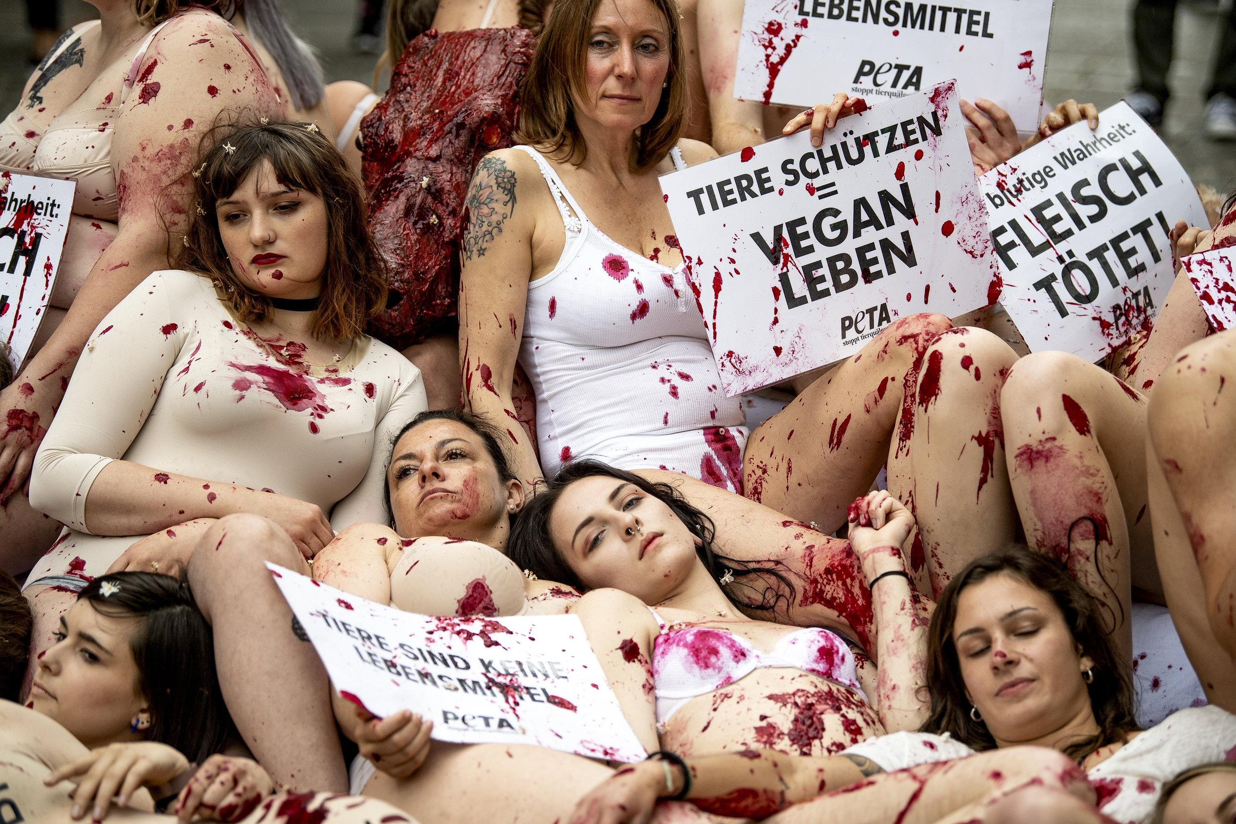 Zum 25-jährigen Jubiläum liegen Aktivisten der Tierrechtsorganisation Peta Mit Kunstblut beschmiert und halbnackt in der Stuttgarter Innenstadt.