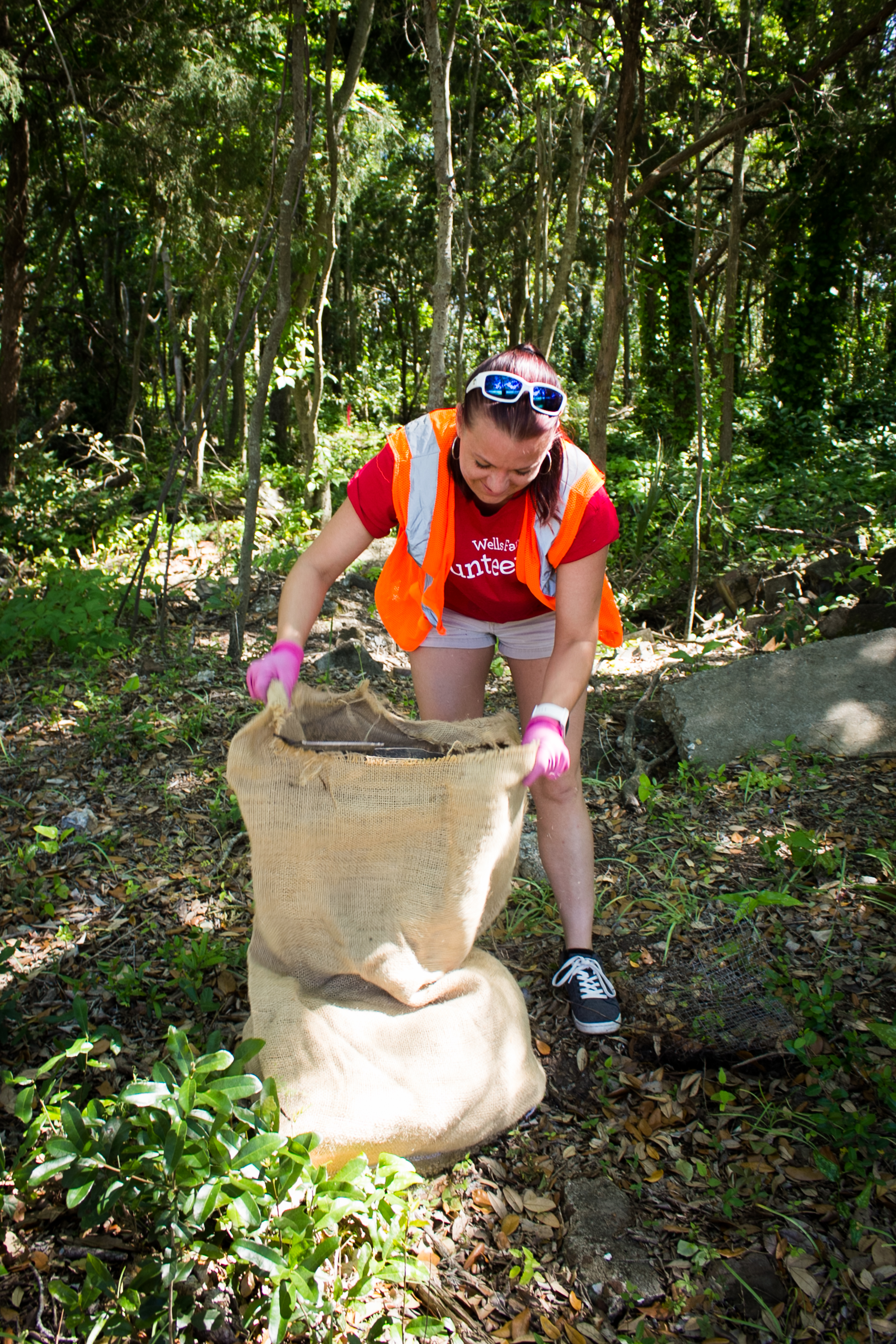 A volunteer bags litter at a local clean up. (Photo: Kaitlyn Hackathorn/SCDNR)
