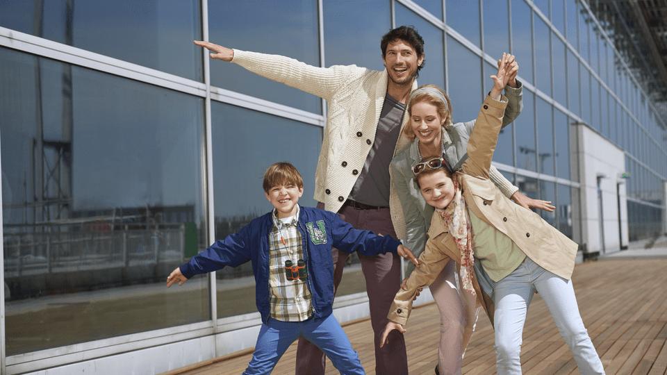frankfurt-airport-family-5767b0ca5f9b58346a6f41af.png