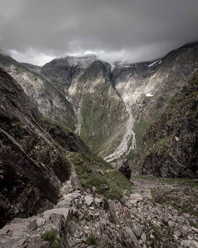På veg opp Lundeskaret #fjordogfjell #sognogfjordane #refleksjon #landscape #visitnorway #tur #utpåtur #norsknatur #mittnorge #turistforeningen #fjell #vatn #norgefoto #topptur #raw_norway # jolster365 #mittvestland #sognogfjordane #utno #jølster #glacier #glacierwater