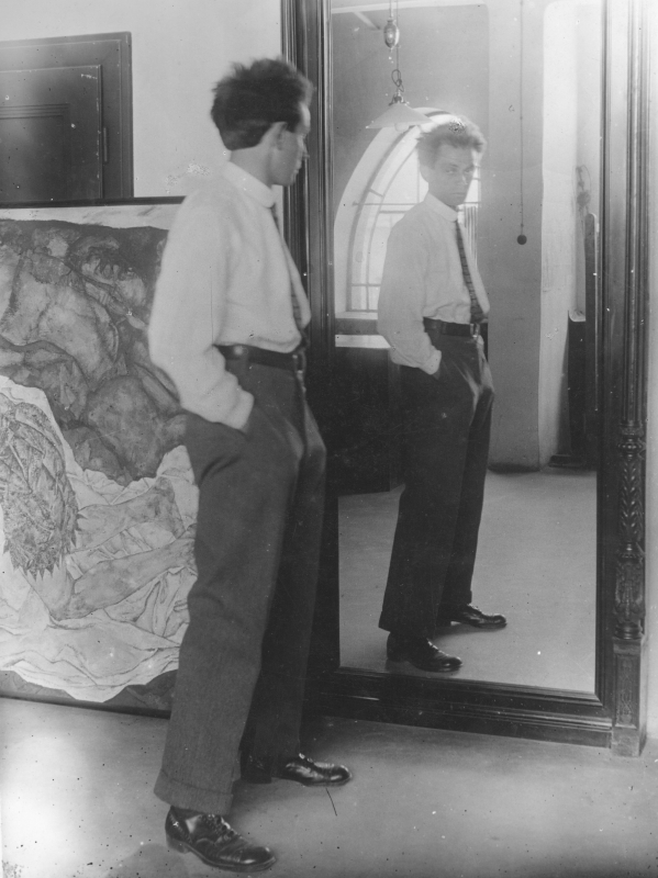 Egon Schiele standing in front of a mirror (1912)