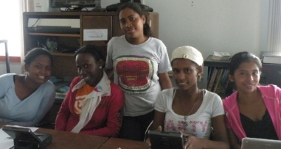 From left to right: Nayara Rodriguez, Yarlenis Julio, Gina Ruíz, Eudocia Rodriguez, Roxana Martínez analyzing video data on mantis shrimp feeding behavior (Smithsonian Tropical Research Institute, 2011).