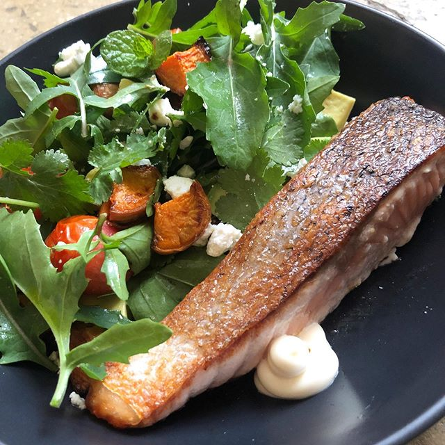 Crispy skinned salmon 🐟 The easiest and tastiest Monday night dinner 😋 Tonight with a salad of rocket, roasted sweet potatoes, roasted cherry tomatoes, avo, coriander, mint, goats cheese, kewpie mayo & EVOO 🌱🍠🍅🥑