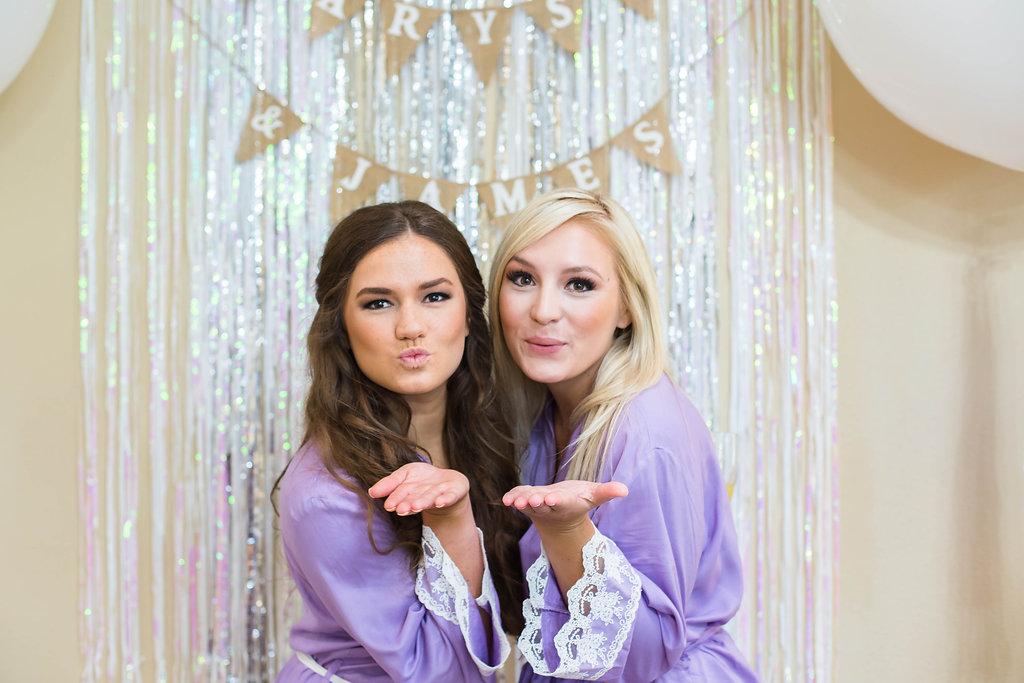 bridesmaids-blowing-kisses