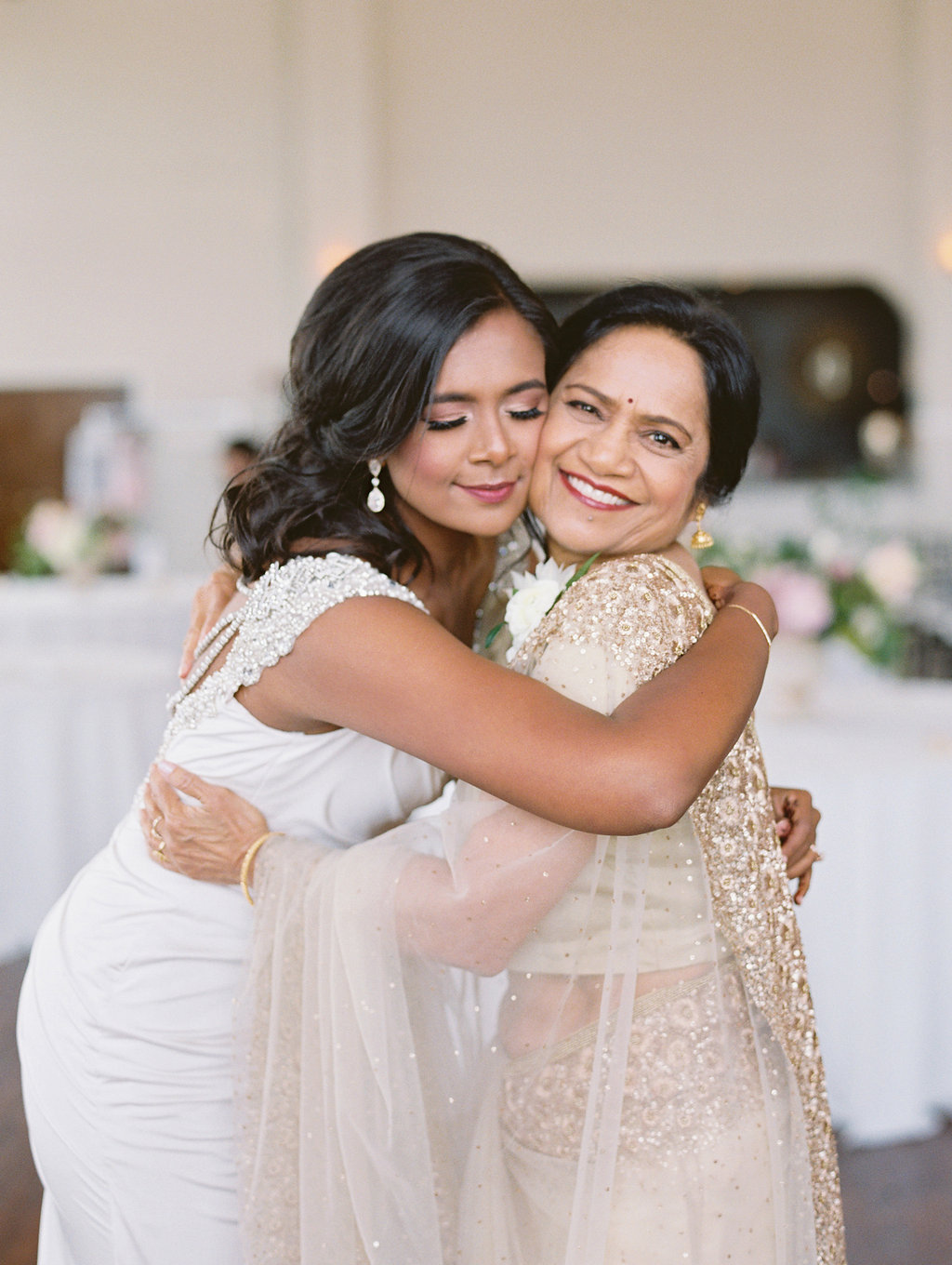 mom-and-daughter-at-wedding