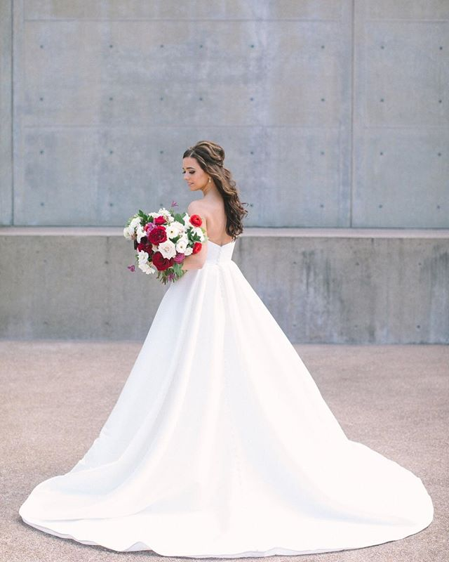 Beautiful Kelli on her wedding day. ⠀⠀⠀⠀⠀⠀⠀⠀⠀ Photo: @ellenashton  Venue: @themodernfw  Floral: @blushingtonblooms  Hamu: @meaganbechtel
