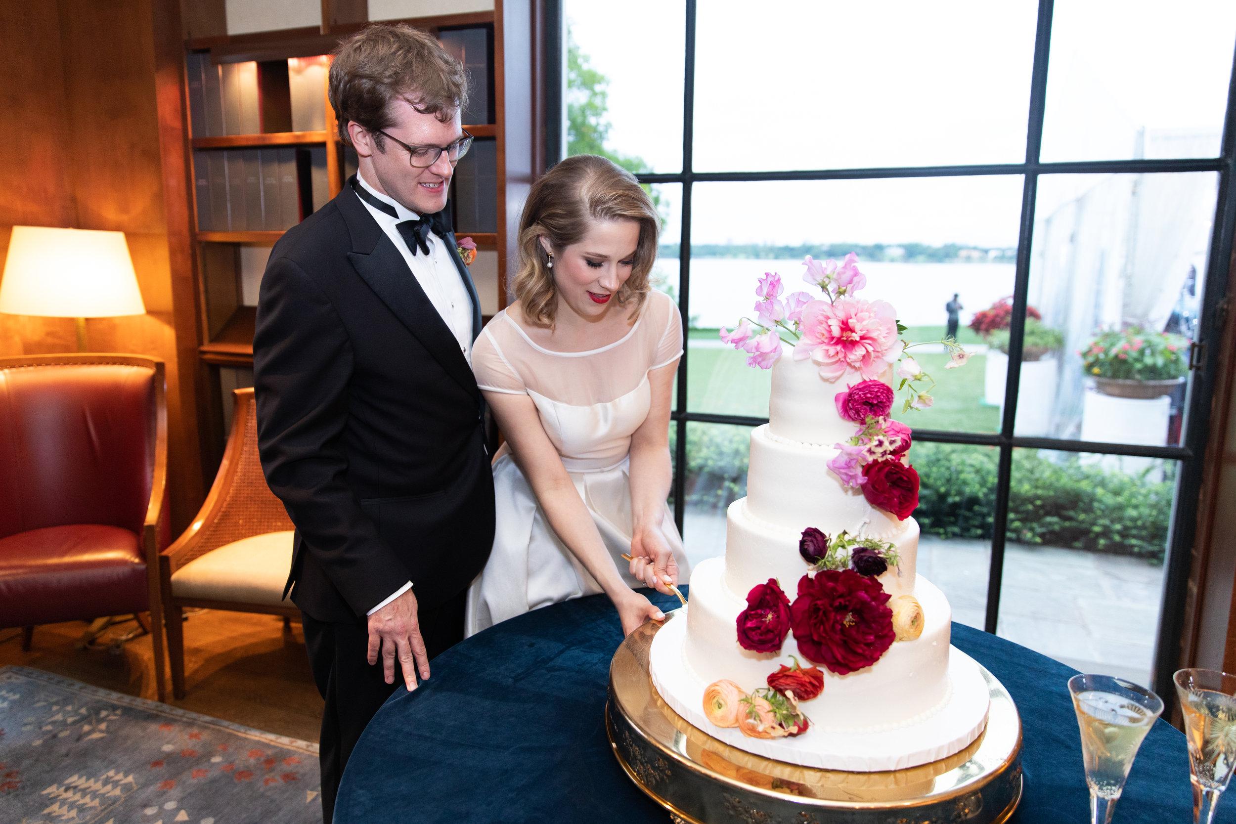 Ana-and-Nick-cutting-cake-The-Dallas-Arboretum-Ivory-and-Vine.jpg