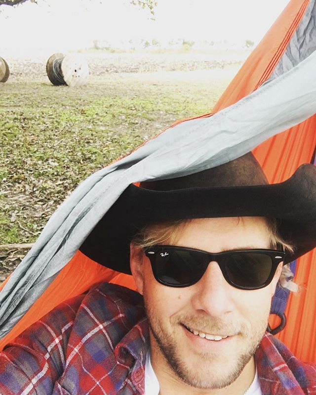 My @enohammocks rocking strong in this windy Texas weather #somewheredownintexas🇨🇱 #nashvillecomeshometour16 #rayban