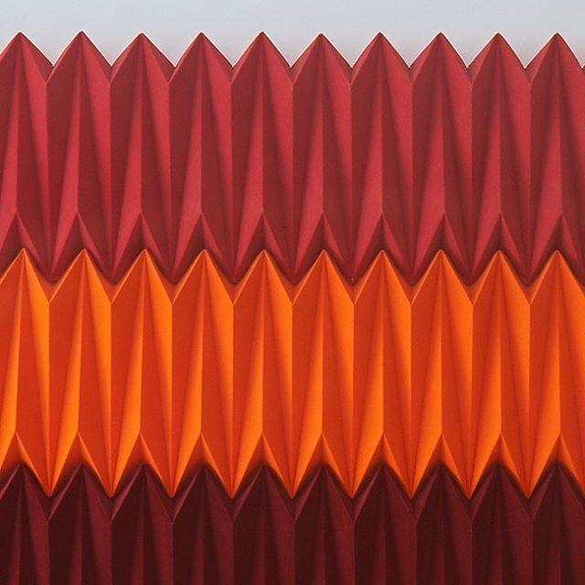 #tessellation #origamilovers #origamiart #origami #paperartist #paper #papercraft #pleats #workshop #paperfolding #paperart #papersculpture #paperartistcollective #moderndesign #moderbart #wallsculpture #modernsculpture #fungandbedford #london #new #coolart #artspotlight  #experiencedesign #instaglobal #uniquedesign #designtrends  Photo @booth_studio
