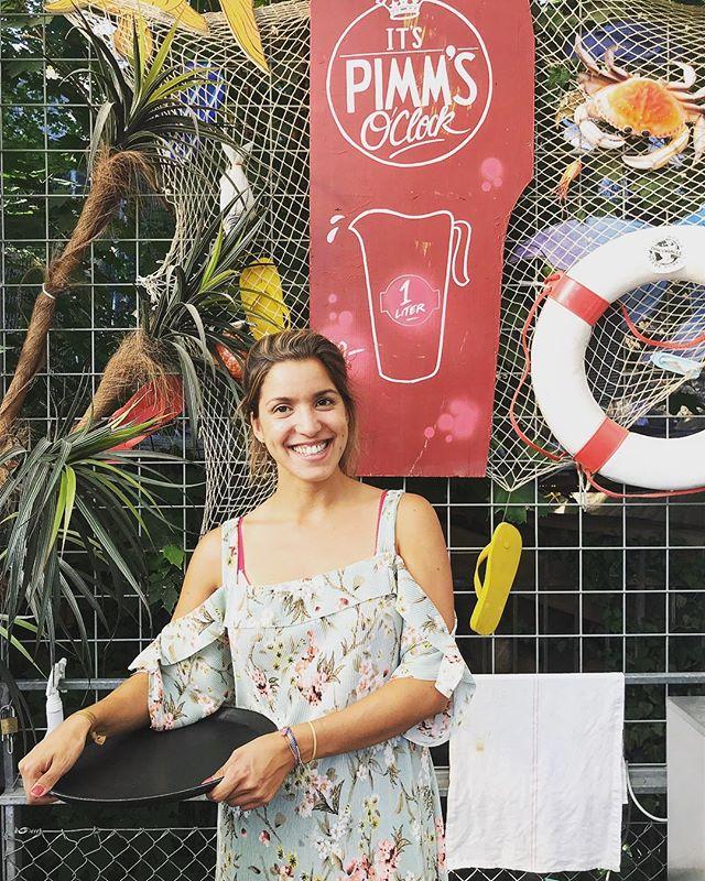Ob Pimms, Bier, Wein oder Margarita - unsere Catia ist immer mit ihrem zauberhaften Lächeln für dich da! 🌞🇵🇹🍹🍻⛱🏝#sommer #openairbar #primitivo #desummerischeus #letten #sonnendeck @primitivo_obererletten @nevesnevesneves @visitzurich