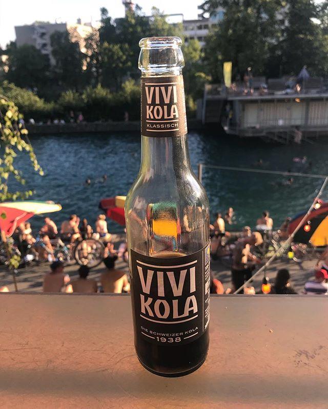 Auf ein Vivi Kola (made in Eglisau!!) aufs Deck und danach ab in den Fluss! 🏊🏽♂️🏊🏻♀️🏊🏿♂️ So schmöckt Züri!! #letten #sonnendeck #desummerischeus #vivicola @zueritipp @visitzurich @vivikola @primitivo_obererletten