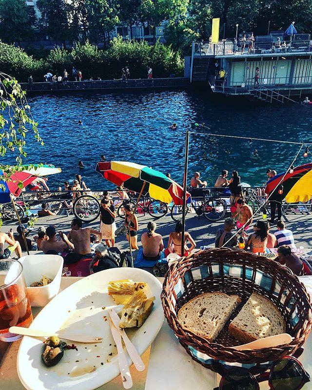 Nach der Arbeit zum Apéro aufs Deck und dann ab im den Fluss!!! 🦈#letten #sonnendeck #desummerischeus #zürich @primitivo_obererletten @visitzurich @zurich.switzerland