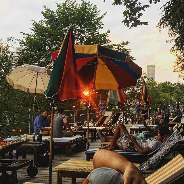 Capture the last rays of sunshine! #zürich #sun #sunset #sonnendeck @sonnendeck_zurich @primitivo_obererletten @visitzurich
