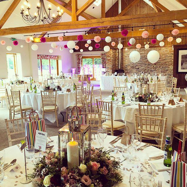 Congratulations Mr &Mrs Maker! #prettyinpink #weddingcake #flowerwreath #weddingday #love