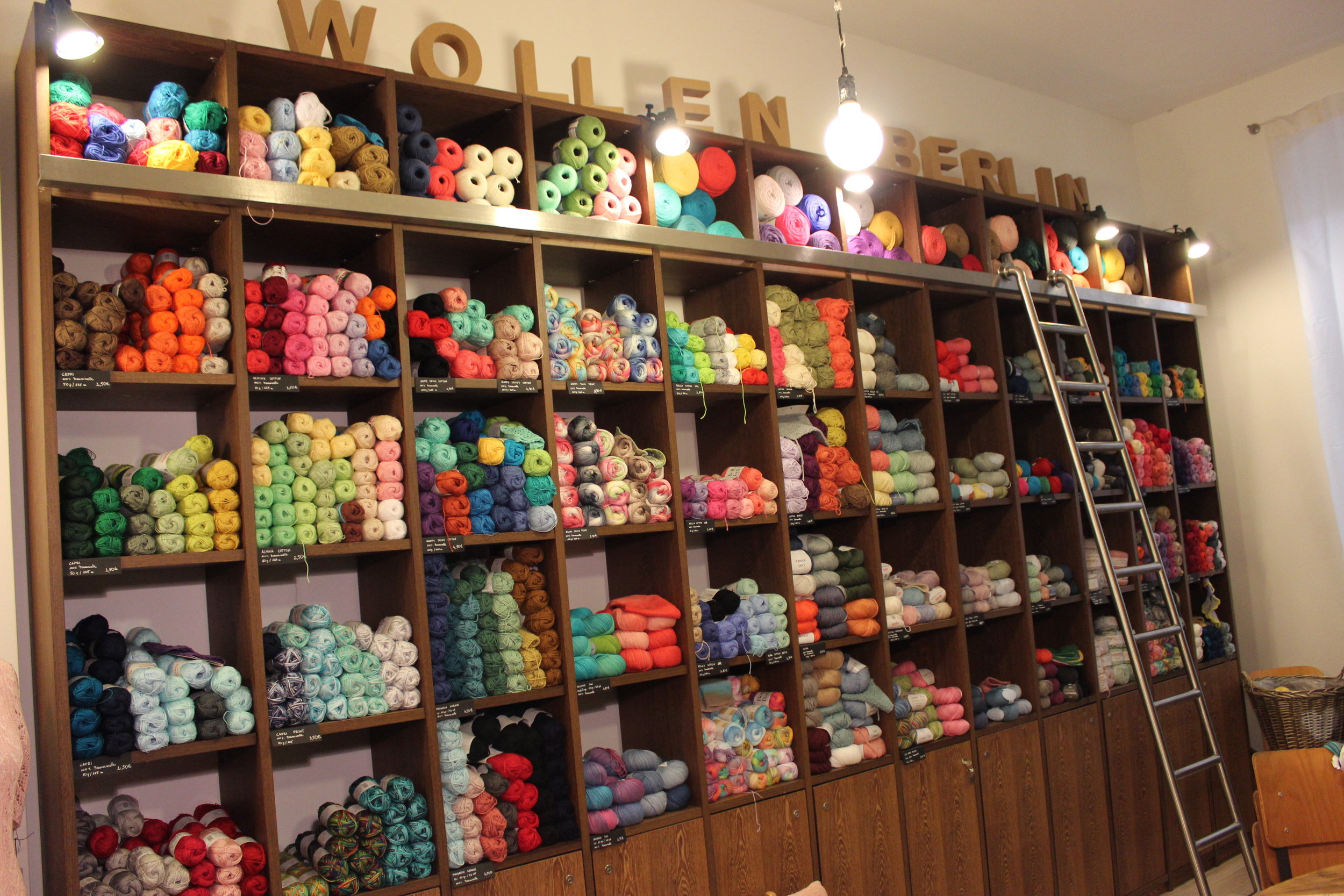 Part of the second room of Wollen Berlin where a lot of workshops take place. And look at that wall of cotton & bamboo goodness!