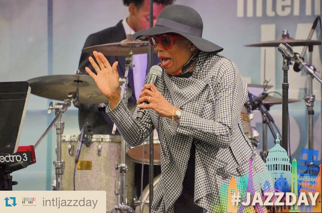 #jazzday My mom @deedeebridgewater going IN! 🎤 #prouddaugther 💜💜💜💜 #dupontcircle #themusiccalledjazz #wegotthejazz #jazz #music #vocalist #scatqueen  (à Dupont Circle Wahington Dc)
