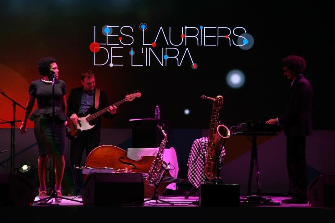 On stage. Looking at my musical director @luigi_grasso_music His energy and talent is amazing 🙌🏾 📷 Mylene Thibault les lauriers de l' #INRA #privategig #paris #FabienMarcoz #StephaneChandelier #damienargentieri  (à Grand Palais)