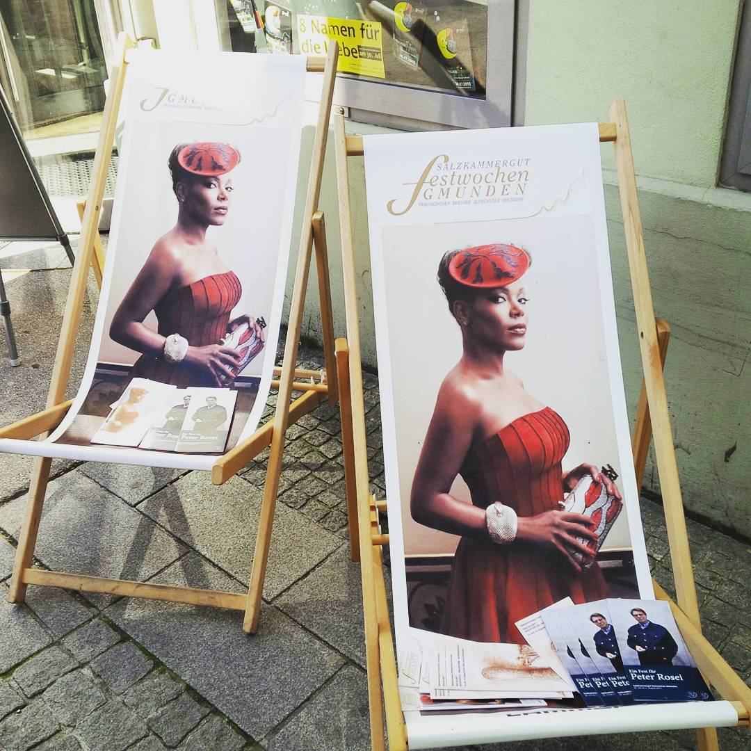 Lounge with me? #postergirl #gmunden #singerontheroad #austria
