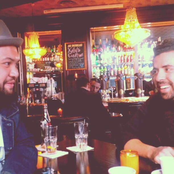 Regardez moi ce regard complice entre @raphalyem et @ Abdel à la oui2011 #bromance a fond!