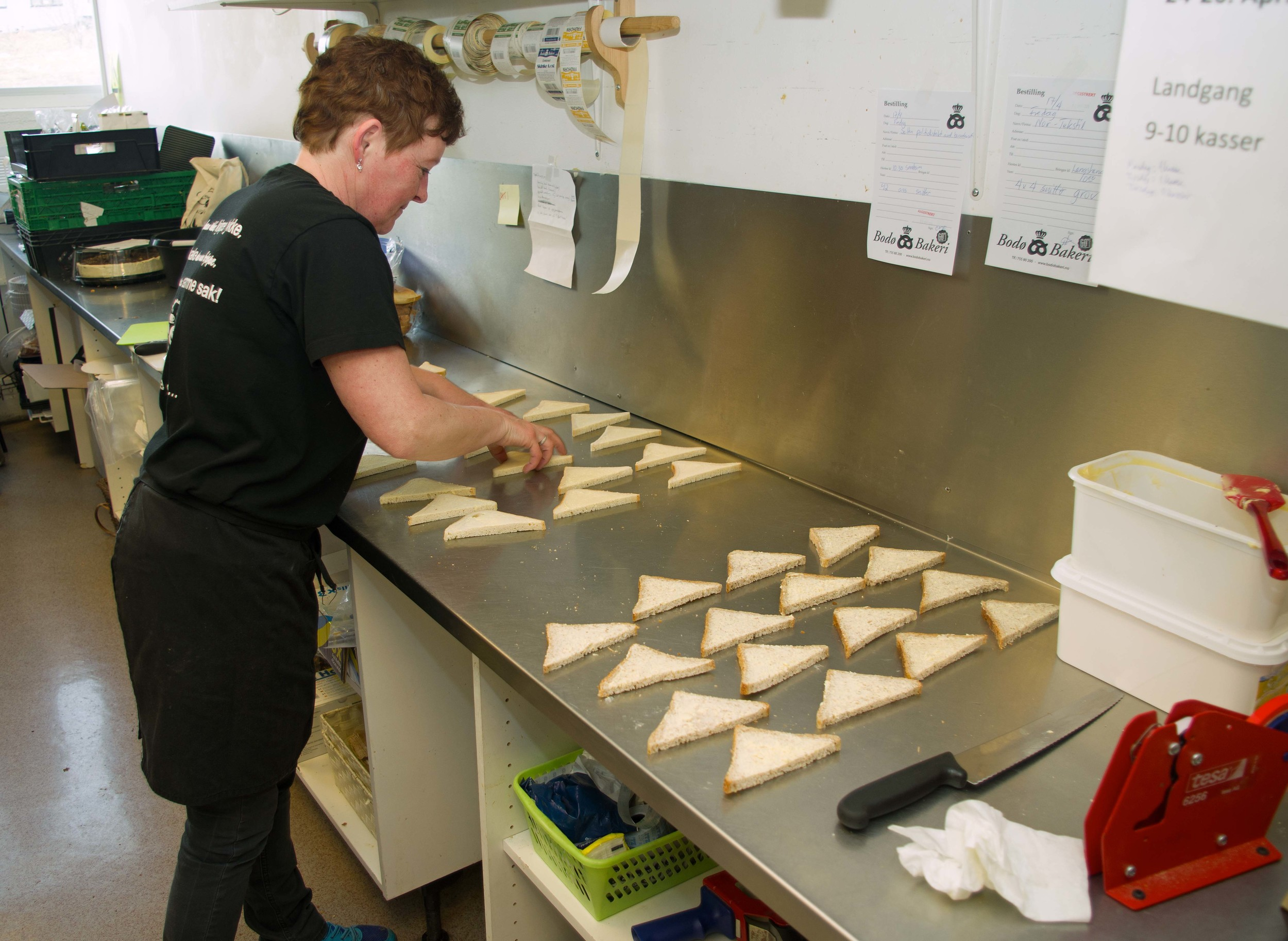 Catering og påsmurt er blant de mange beina som Bodø Bakeri står på. Lillian Karstensen gjør klart til snitter.