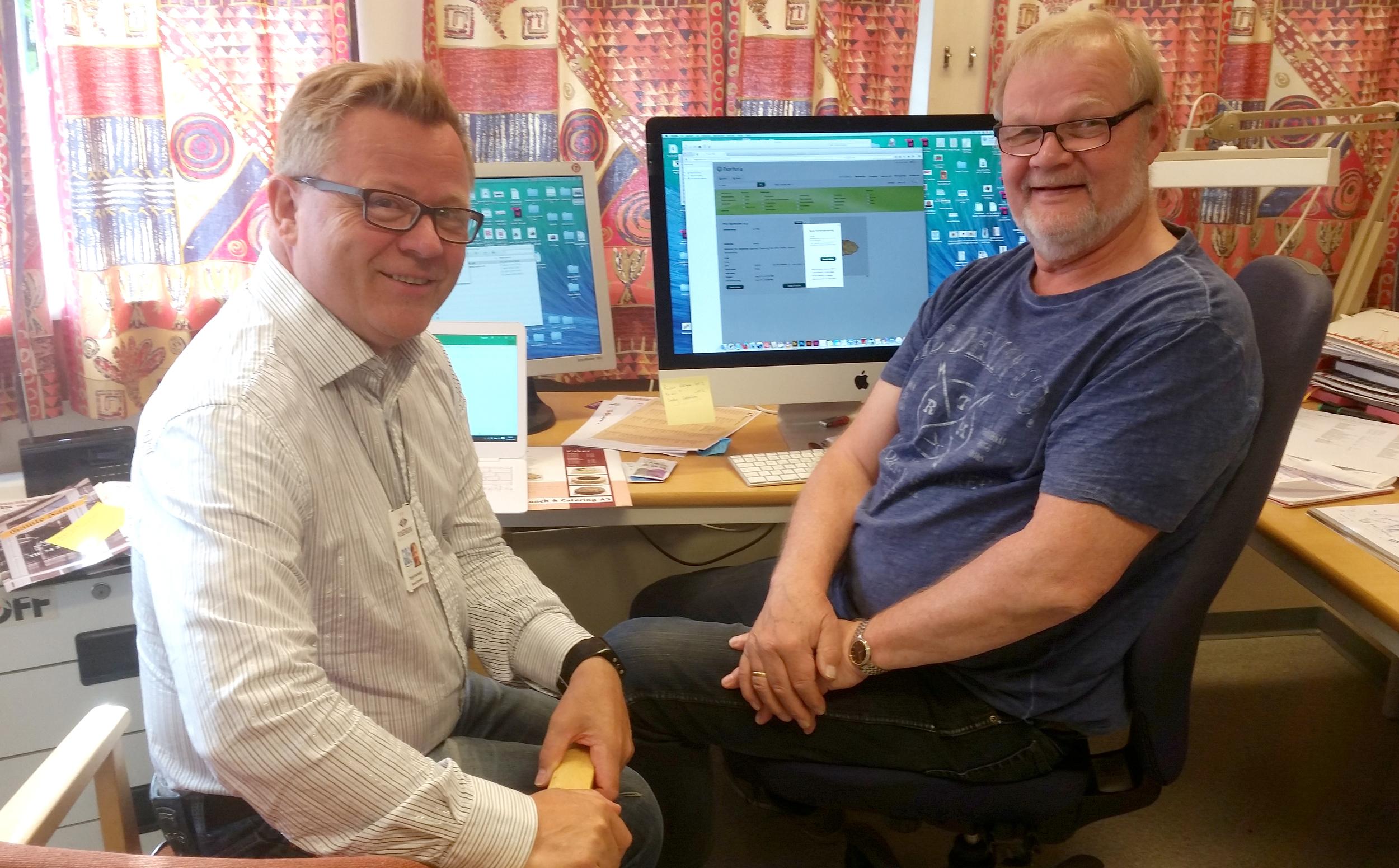 Terje Kvernberg fra GO2 arena og Finn i Samkjøp, forbereder salgsmateriellet til Scandia Cup 2016