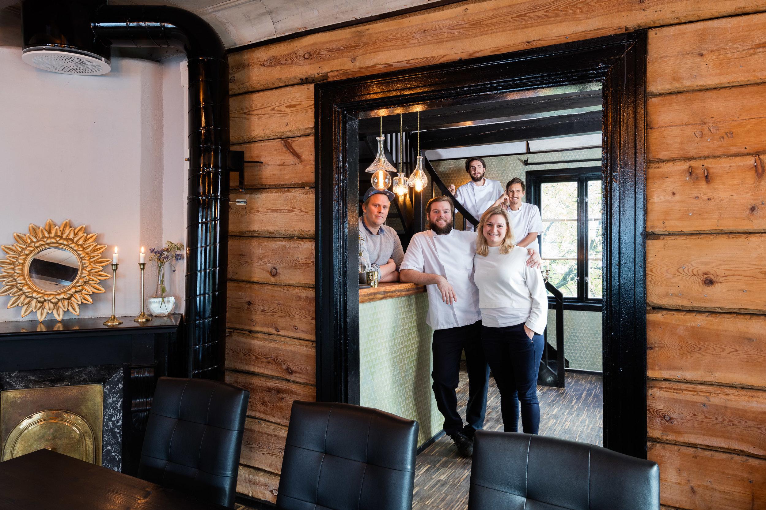 De fem vennene Marius,Gabriela,Thoralf,Bjørn og Håkon ønsker deg velkommen til Hildr Gastrobar.Foto: Sven-Erik Knoff | www.fotoknoff.no