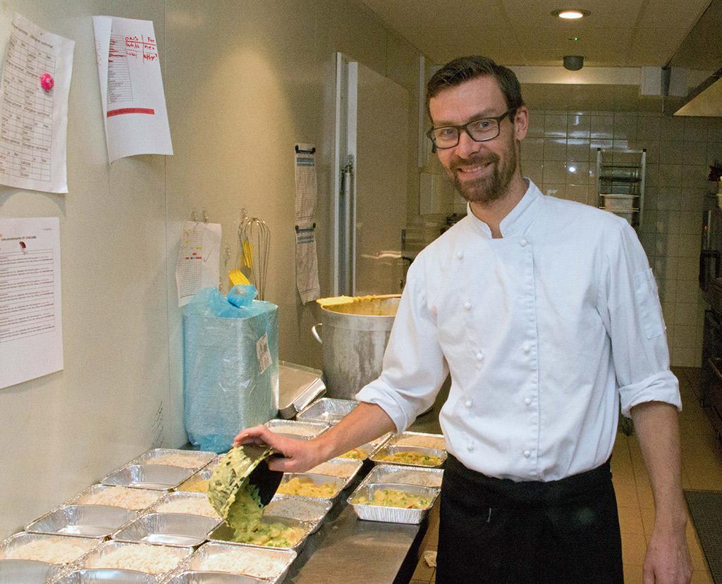 Tom Østby gjør klar porsjonsmat til kunder som sørger for å varme opp og servere selv.