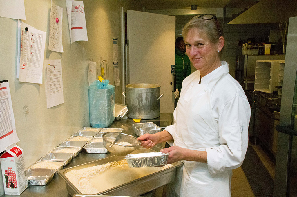 Bente Hansen er eneste dame blant cateringgutta.