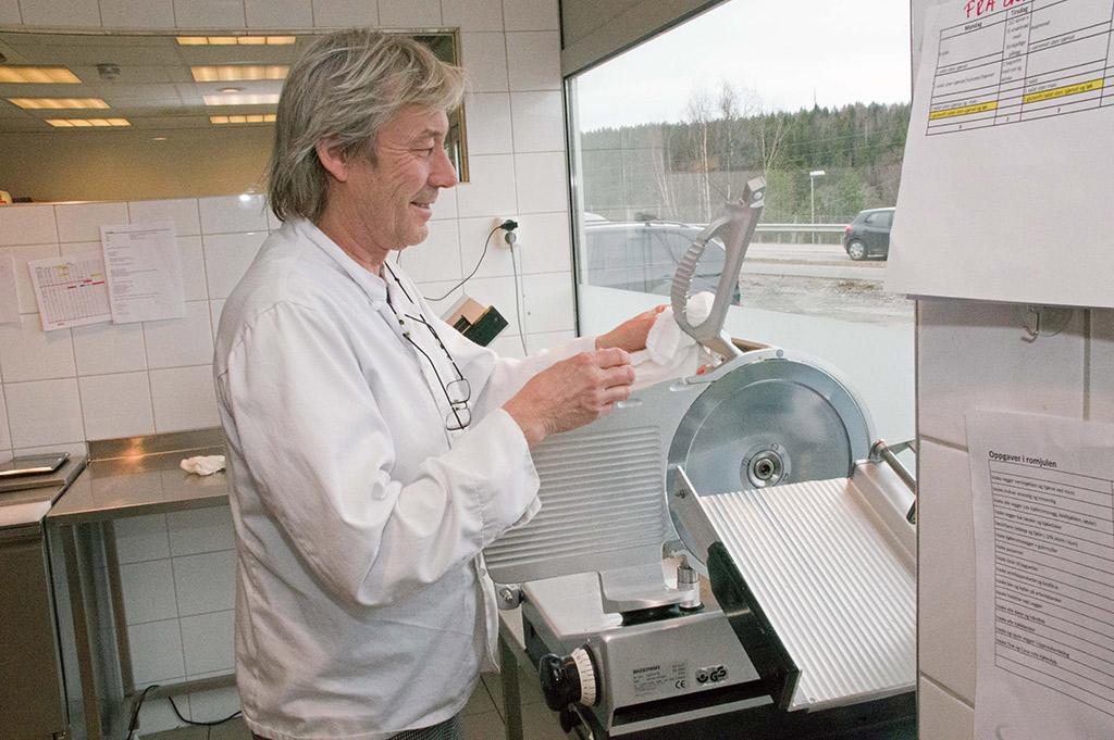 Bjørn Dencker sørger for renholdet etter at dagens siste lunsj er tilberedt og levert.