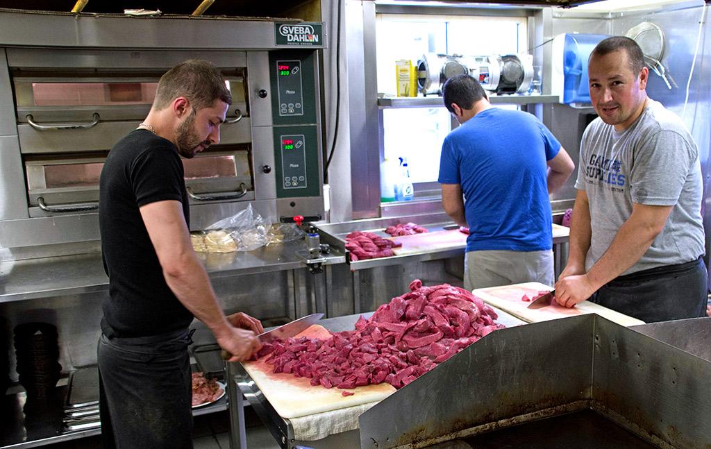 Elias Ramiso (til venstre) og Bilend Tahir lager mat fra grunnen. Flatbiffen blir kuttet opp og marinert på eget kjøkken.