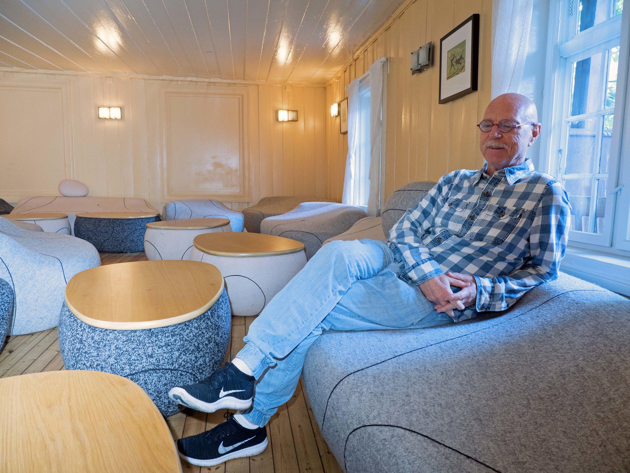 Hanssen har tegnet alle møblene selv – her i Kornloftet, som også er kjent som «Champagnerommet».